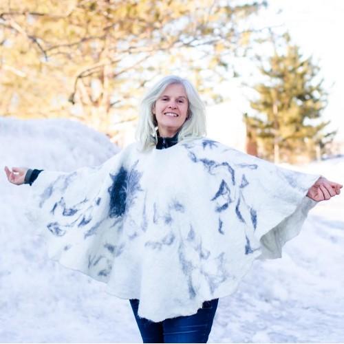 """Poncho rond en alpaga naturel design """"Envolé"""" - blanc et gris avec motif oiseau"""